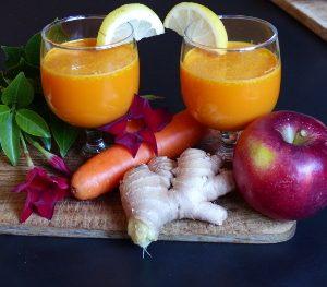 Mon jus de carotte, pomme et gingembreMon jus de carotte, pomme et gingembre Un petit début de rhume est un excellent prétexte pour se préparer un bon jus riche en nutriments et vitamines. Les pommes Audoise sont enfin arrivées alors hop, quelques carottes et direction, l'extracteur de jus. Bienfaits des carottes : Le jus de carotte est très riche en vitamine A. Mais aussi en vitamines B1, B2, B6, C et K qui ont des bienfaits variés sur la santé. Il a une action bénéfique sur notre organisme. Notamment, pendant les changements de saison, période de fatigue, car il permet de le recharger en vitamines ! C'est le bon moment. Il aide l'organisme à résister aux infections, son action se conjuguant à celle des glandes surrénales. Il contribue à la prévention des ophtalmies, des laryngites, des amygdalites, des sinusites, et de toutes les infections des organes respiratoires. Bienfaits des pommes : Les pommes offrent une composition en vitamines et minéraux équilibrée. Elles constituent une bonne source d'antioxydants et de fibres alimentaires. Elle renferme plus de 84 % d'eau, dans laquelle sont dissous de très nombreux minéraux et oligo-éléments : potassium, phosphore, zinc, cuivre, manganèse. Sa peau et sa chair comprennent un large éventail de vitamines : vitamine C, vitamines du groupe B, vitamine E, vitamine A ; en quantités modérées toutefois. Mon jus de carotte, pomme et gingembre est fait avec 2 pommes, 4/5 carottes, 1 petit morceau de gingembre et 1/2 citron. Cela donne 3 verres. Mon jus de carotte, pomme et gingembre